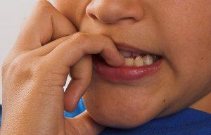 Obgryzanie paznokci i ssanie kciuka zmniejsza ryzyko alergii